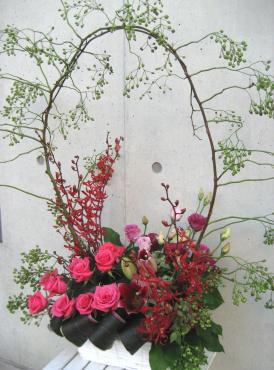 野バラ、バラ、トルコキキョウ、ユリ、マウンテンミント、ドラセナ