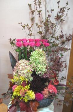 ドウダンツツジ紅葉、バラ(マリーナ)、秋色ミナヅキ、ダリア(黒蝶)、ケイトウ、カンガルーポー