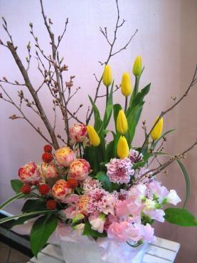 桜(啓翁桜)、チューリップ(ストロングゴールド)、バラ(パーティーラナンキュラ)、スカビオサ、スイートピー、ストロベリーフィールド